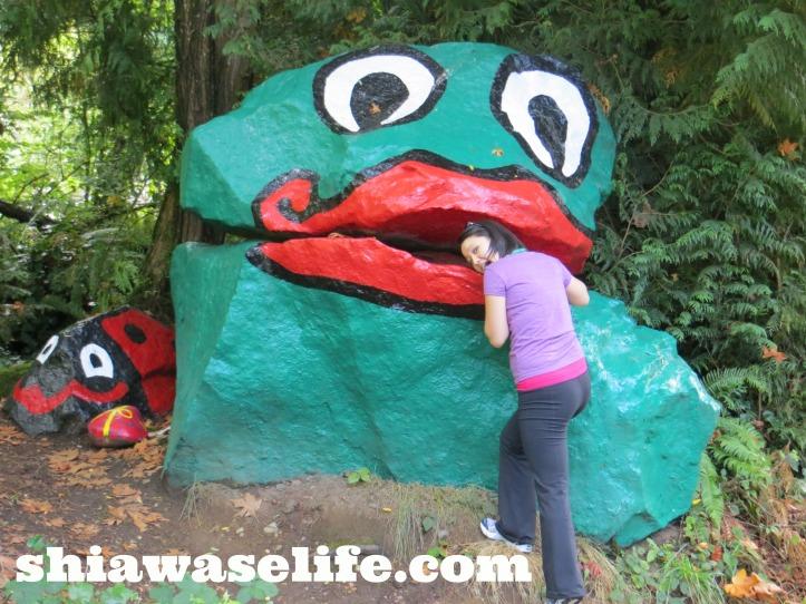 (Wo)man eating frog!